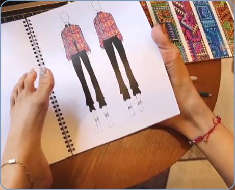 両腕がないママ、デザイナー、足で書く