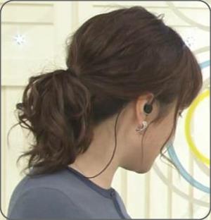 水卜麻美アナ後ろ姿。まとめ髪作り方