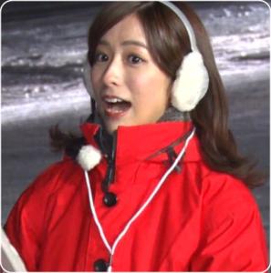 雪のアナウンサー。赤いスーツきたアナウンサー。